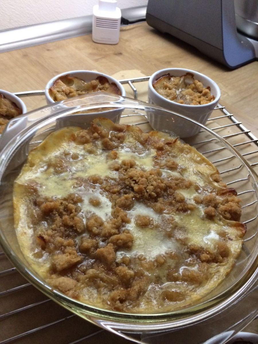 Birnen-Crumble auf Vanillepudding